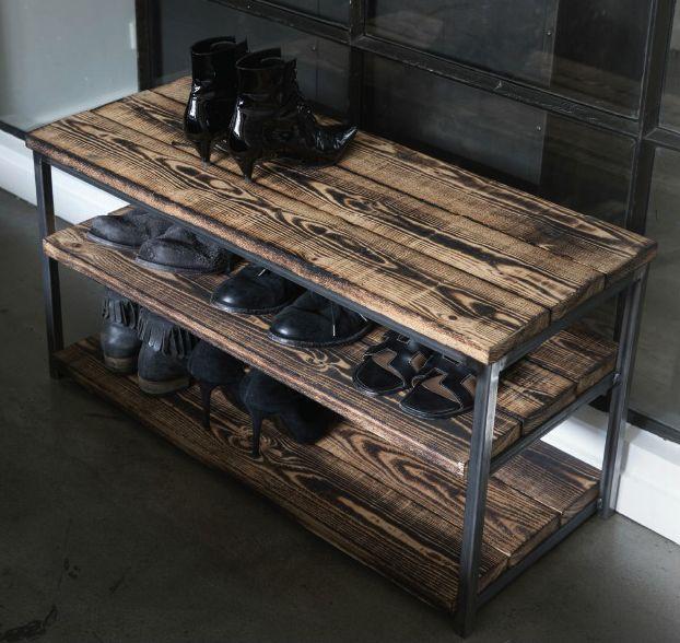"""Entremøbel, lille, lav reol. Super flot, rå lille """"reol"""" fra Clarrods med jernstel. Den er kun 45 cm. høj, så reol er nok så meget sagt. Til gengæld kan den f.eks bruges i gangen til sko, og sidde/afsætningsplads. De rustikke planker er let afbrændt, hvilket giver dem et fantastisk look. Mål:"""