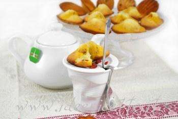 Ricetta Madeleine bicolore con succo e bacche di goji con alzatina Diamanté IVV