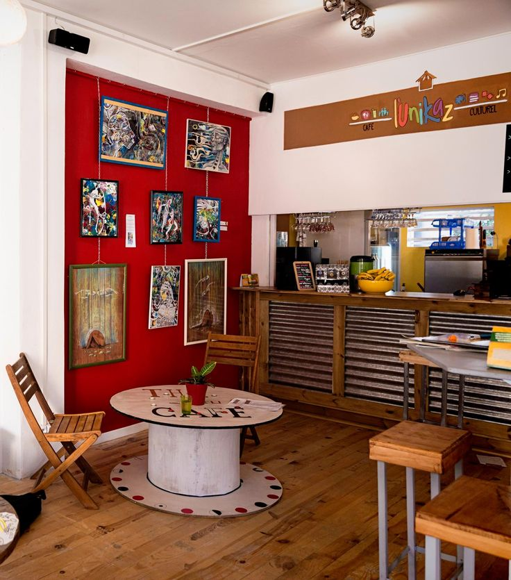Franceline et Lucie se sont connues à la Réunion et en 2015, elles ont décidé de lancer leur projet: un lieu d'accueil et de convivialité avec un concept différent sur Saint-Pierre.  « L'UniKaz Café Culturel » est né en alliant restauration et art. Franceline et Lucie sont aujourd'hui très heureuses d'avoir réalisé ce projet qui leur tenait à cœur.  Leur adresse : 2A, rue Victor Le Vigoureux - Immeuble Francolins 97410 Saint-Pierre, La Réunion Restaurant / restauration / art / La Réunion…