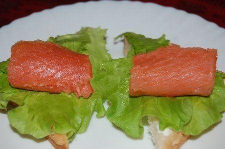Бутерброд с красной рыбой рецепт. Назрезаем хлеб для тостов на 2 или 4 части в виде треугольников. После чего каждый треугольник смазываем майонезом и кладем на него