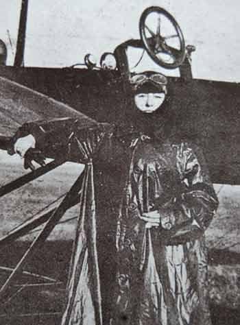 Belkıs Şevket Hanım'ın uçuş sonrasında çekilmiş fotoğraflarından biri.