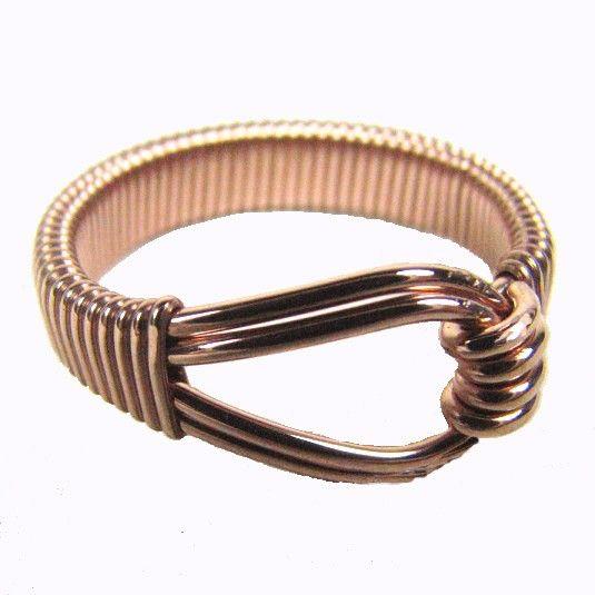 Este anillo es el anillo de alambre lleno oro rosa de 14kt que ha sido totalmente envuelto alrededor de la caña para mayor comodidad. Este anillo es de un tamaño 7 y vendido.  Por favor convo si quieres que este en un tamaño diferente. Cualquier tamaño se puede hacer para usted. Si quieres también puedo hacer este anillo en oro laminado de 14kt o plata.  Gracias por mirar y no olvide echar un vistazo a mi muchas cosas que hacer. Alambre de envoltura, mano, estampación, soldadura, PMC. Yo…