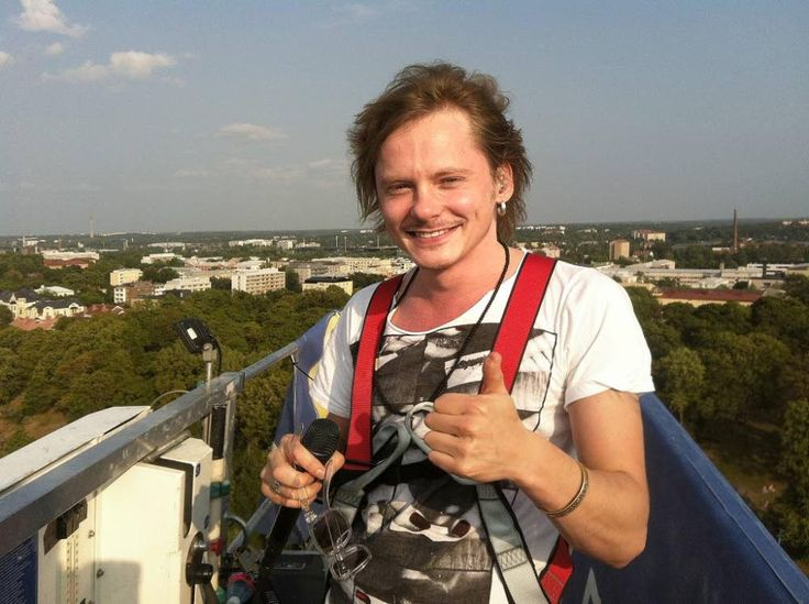 "Finnish musician Jonne Aaron took a world record on july 25, when he started his concert 102 meters up in the air at the festival ""Down by the laituri"" in Turku,Finland.  http://www.ts.fi/kulttuuri/514741/Jonne+Aaron+lauloi+102+metrin+korkeudessa"