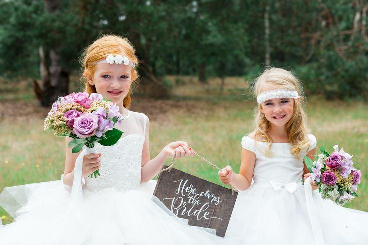Voor mooie bruidsmeisjesjurken en communiejurken ben je bij Corrie's bruidskindermode aan het juiste adres. En natuurlijk de bijpassende accessoires zoals bruidsmeisjesschoenen, tasjes en sieraden. Trouwen, bruiloft, huwelijk, bruidskinderen, bruidskinderkleding, kinderbruidsmode, kinderbruidskleding, kinderbruidsjurk, bruidsmeisje, bruidsmeisjeskleding.