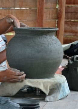 Moldeando una tinaja (Vaupés - Colombia)
