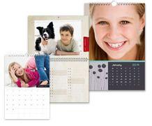 Gör din egen kalender hos smartphoto. Välj dina personliga bilder och skapa en egen almanacka att hänga på väggen eller ha ståendes på bordet.