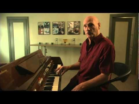 Mike Pinder describes how the mellotron works. All prig rock enthusiasts know the emotional impact of the Mellotron.