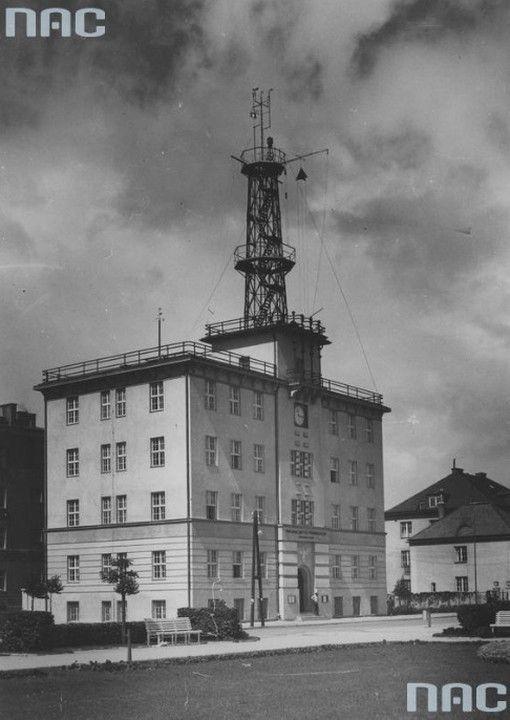 Państwowy Instytut Meteorologiczny – Wydział Morski w Gdyni Początkowo Instytut Meteorologii i Gospodarki Wodnej miał siedzibę w Nowym Porcie w Gdańsku, do Gdyni został przeniesiony w 1927 r. Został zaprojektowany przez T. Doberskiego, dwa lata później został nadbudowany według projektu W. Tomaszewskiego (1884–1969) i to właśnie Tomaszewski nadał ostateczną formę elewacjom budynku. Nad budynkiem góruje stalowa, ażurowa wieża wykonana w 1930 r. przez Stocznię Gdańską.