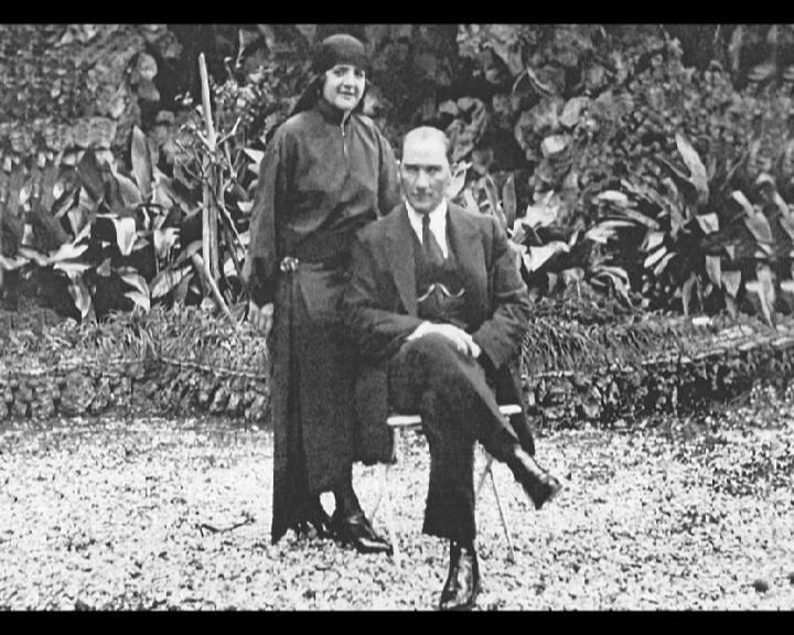 Atatürk eşi Latife Hanımla