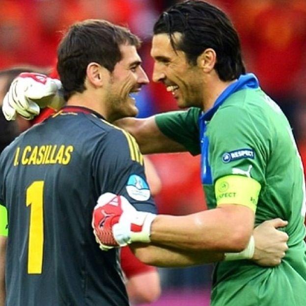 Iker Casillas and Gigi Buffon  De lo más hermoso que he visto, el abrazo de dos grandes campeones, los mejores!