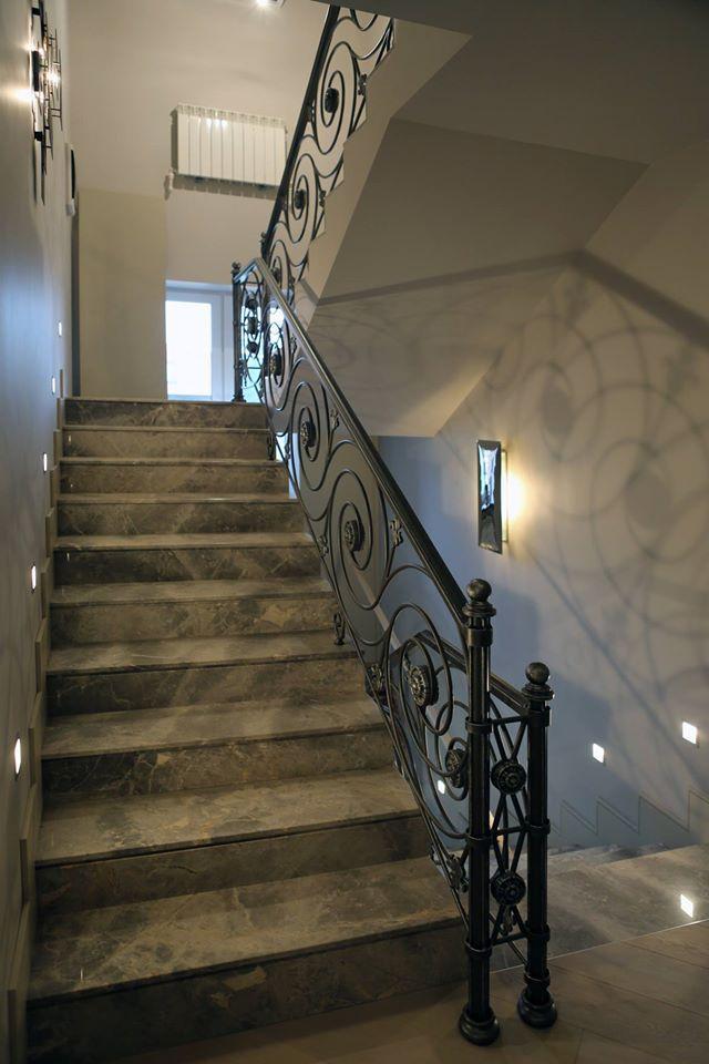 Выполнено в частном доме по проекту итальянского архитектора Энрико Бертолотти.
