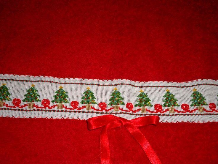 Toalla de mano bordada en punto de cruz. Hand towel done in cross stitch.
