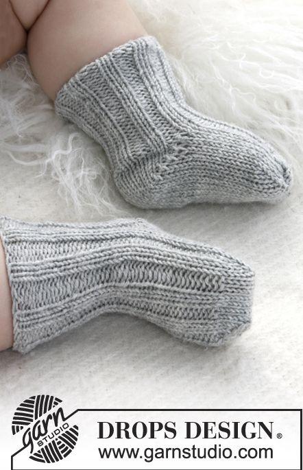 """Strikkede DROPS sokker i """"Baby Merino"""" med rib. Skønne små sokker som du kan strikke i alverdens farver! :-) Klik her for at se og printe opskriften. Det skal d"""