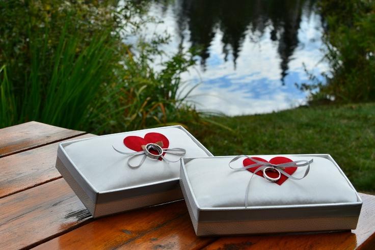 Portes bagues avec coeurs personnalisés Fleurs, concept et décor et fabrication: www.fetesgrenadine.com  Photo: www.yavuzphoto.ca