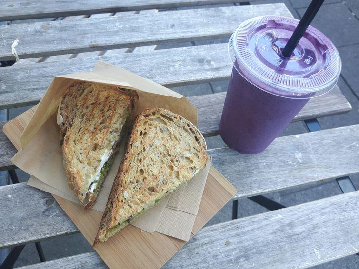 Toen ik een half jaar in Australië woonde, maakte ik kennis met het idee van een sapjesbar. Een bar waar je voornamelijk smoothies en juices kon bestellen, en soms ook nog andere dingen zoals sandw…