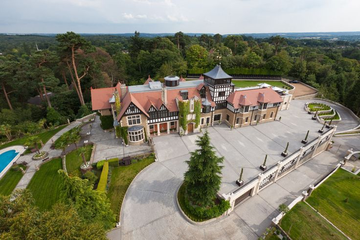 Англия - Продается великолепный особняк в пригороде Лондона, Суррей, Оксшотт  Общая площадь особняка составляет 2650 м2. В доме 9 спальных и 9 ванных комнат, грандиозная приемная, бальный зал, кабинет,  библиотека, 3 гостиные, семейная и коммерческая кухня, винный погреб, кинозал с баром и башня-обсерватория с видом на 360 °. Цена: £18,495,000 #элитнаянедвижимость , #недвижимостьанглии, #luxuryproperty , #property, #investment, #london, #LuxuryRealEstate, #Лондон, #luxuryhomes…