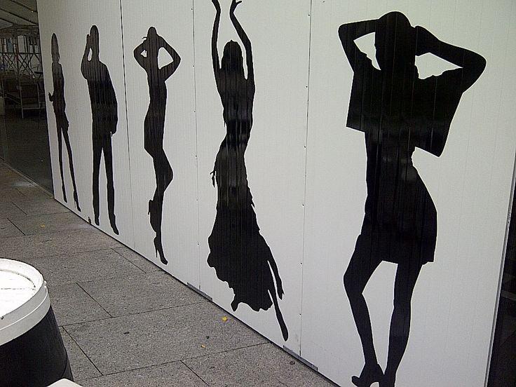 Siluetas en Vinilo de Corte pegadas sobre fachada de local hostelería