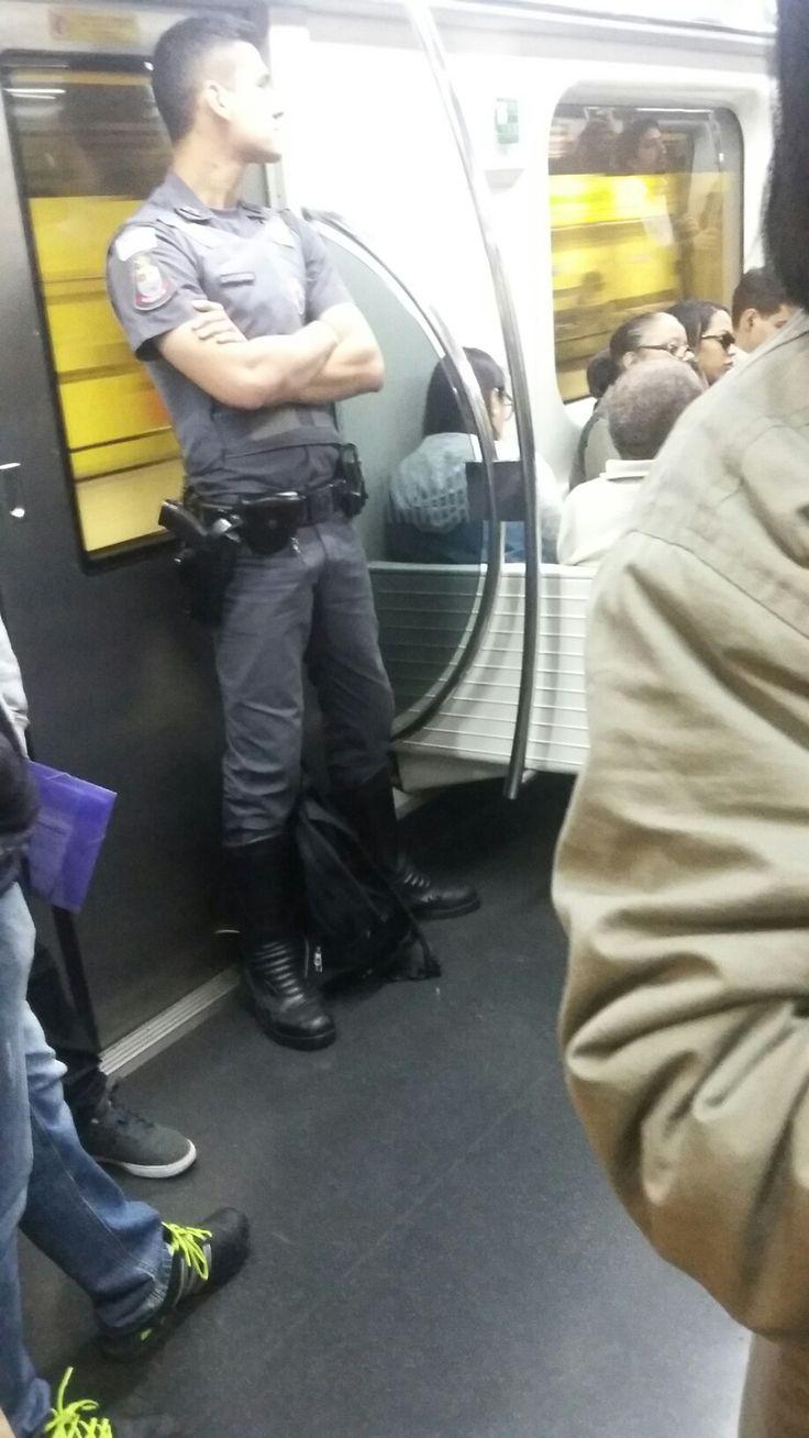 Olha a mala desse policial