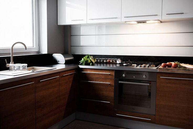 """Kuchnia w kształcie litery """"L"""" subtelnie oddzielona od pozostałych pomieszczeń, mająca jednak charakter otwarty, widoczna z pokoju dziennego. Bardzo ergonomicznie urządzona, minimalistyczna.  Projekt i realizacja MEBLE MERDA Twoje wnętrze, Twój charakter www.meblemerda.pl #meblekuchenne #kuchnie #wnetrza #meble"""