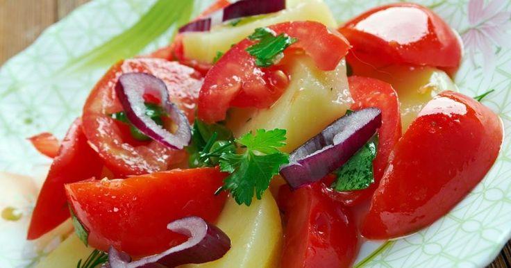 Scopri come preparare l'insalata pantesca con la ricetta originale come la tradizione dell'isola di Pantelleria vuole: olive, patate, capperi, cipolla e pomodorini.