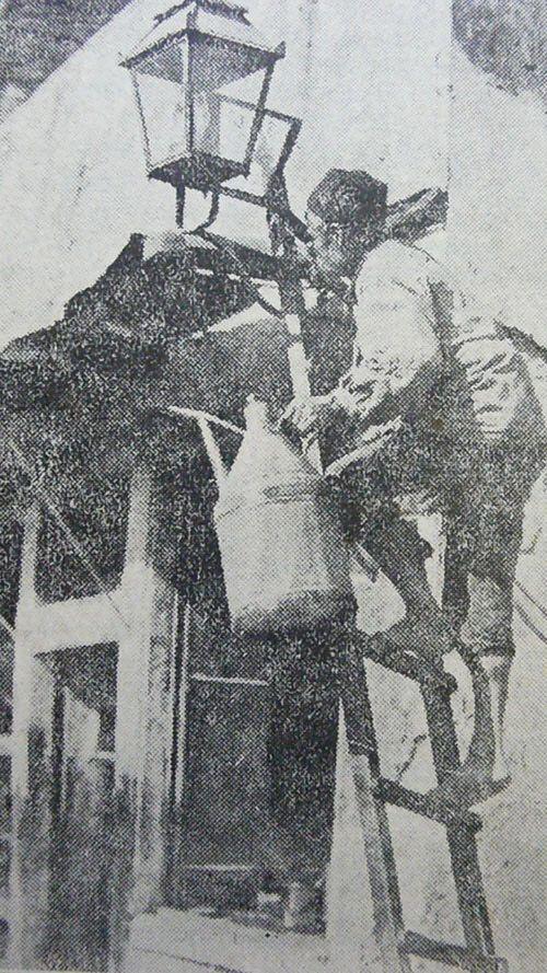 Άναμα λαδοφάναρου στα τελη της δεκαετίας του 1850 στην αθηνα