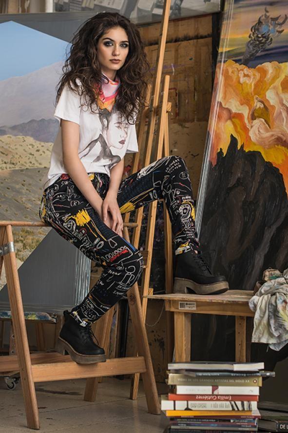 Remera pintada a mano, Color & The Kids; joggins Rain (línea Basquiat), Complot; Pañuelo con ilustración y collage exclusivos, Artificio; borcego, Pili Yo Quiero.