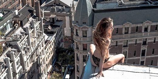 Μοντέλα ποζάρουν στην άκρη πανύψηλων κτιρίων (foto)!