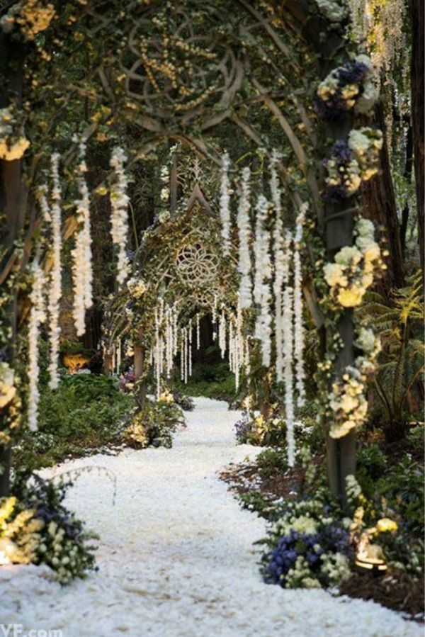 On of my favourite wedding theme that is great in every season is the enchanted forest wedding theme.