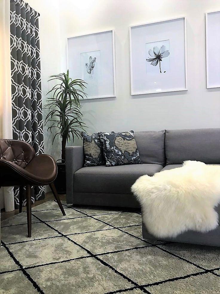 Sala neutra e elegante, com toques rústicos. Destaque para o tapete que criamos especialmente para harmonizar todas as cores presentes no ambiente.    Tapete: @cartagotapetes / @decoracoessilvana  Poltrona: @admmoveis / @decorarts_moveis  Quadros: @urbanarts_campinas  Sofá/almofadas: @bretoncampinas    Deixe seu comentário e nos diga o que achou!    #rocha_rovea #arquiteturavalinhos #designdeinterioresvalinhos #salasdeestaretv #saladecorada #arquiteturaedesigndeinteriores #arquiteturavinhedo…