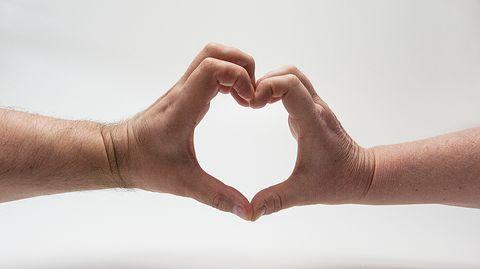 Sydänsurut näkyvät aivokuvassa, puhuminen helpottaa.  Tuoreen tutkimuksen ehkä odottamattomankin tuloksen mukaan sydänsuruissa vellominen ei pahenna niitä, vaan päinvastoin. Mitä enemmän erosta puhuu, sitä nopeammin siitä toipuu, tutkijat havaitsivat.