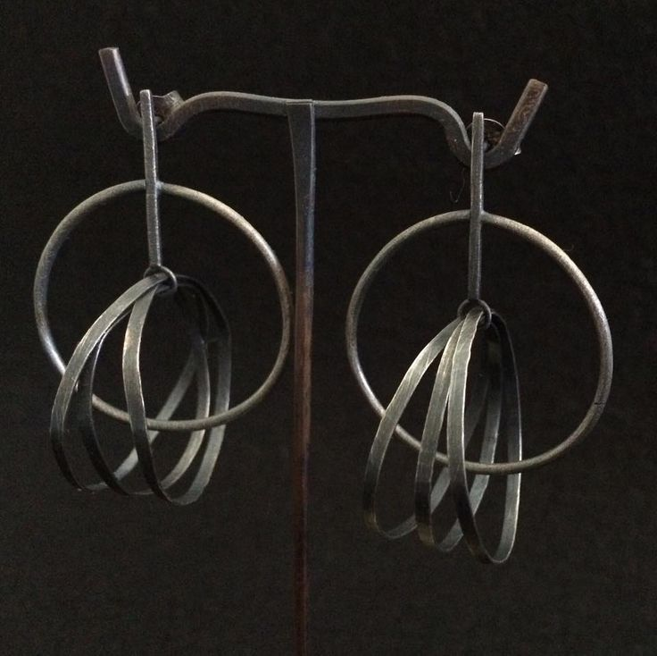 Montserrat Lacomba. Circles Intersection Earrings. Oxidized silver.