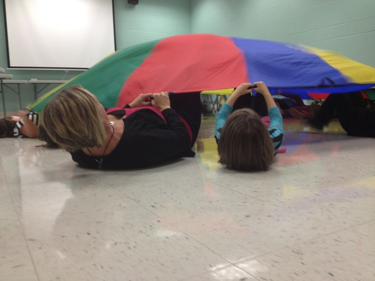 "Fun indoor gross motor activity - rainy day gross motor fun - ""Sparkle"" Practice listening skills with the parachute -""green light"" = shake -""red light"" = stop -""sparkle"" = lay down and kick Super fun and a great ab workout :) #sjsd www.sjsd.k12.mo.us/preschool"