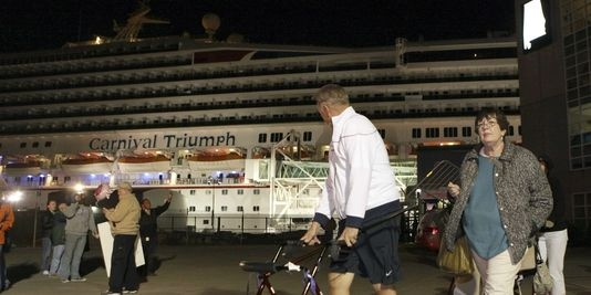 """Le navire de croisière """"Carnaval Triumph"""" remorqué dans un port Alabama"""