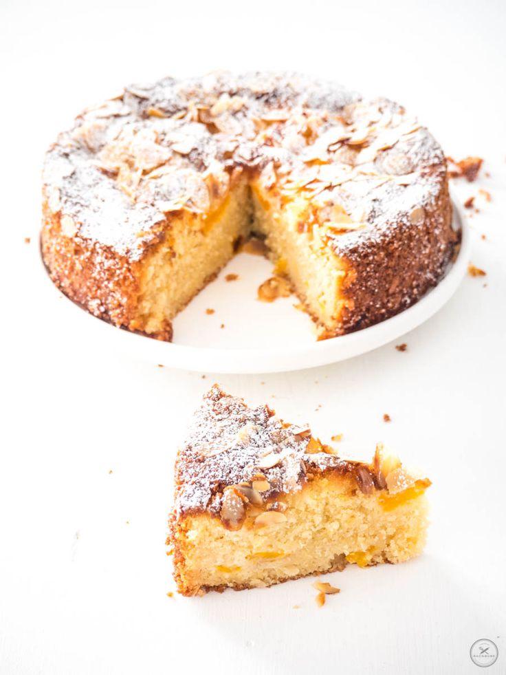 Zitronen-Mandelkuchen mit Mandarinen und Mandelblättchen - Schräge Ansicht