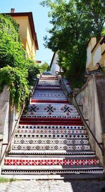 Trendul etno rezistă: scările Rakoczi, din Târgu Mureș, vopsite cu motive tradiționale