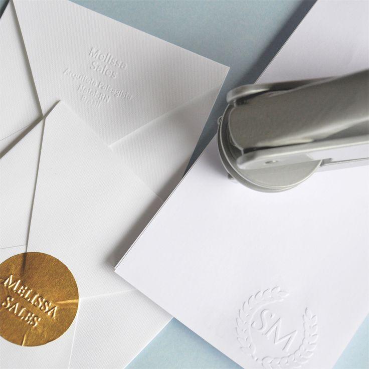 A Chancela personaliza toda a sua papelaria de forma elegante e super prática! Customize envelopes, cartões, guardanapos, adesivos, livros.