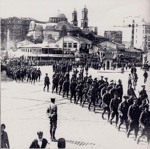 Reklam arası öncesinde İngiliz kuvvetleri Pera'dan Taksim'e yürüyor. İstanbul, 1922.