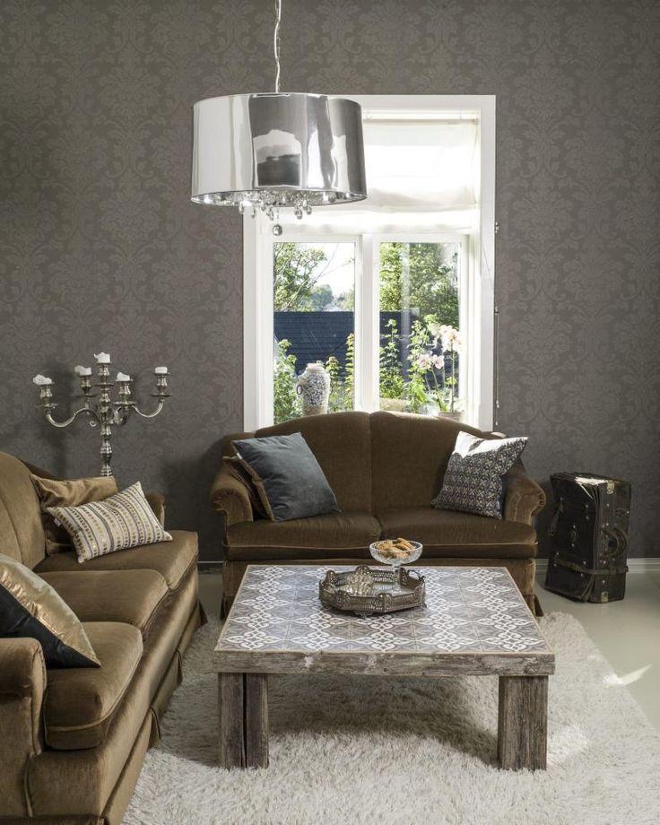 FLISESPIKKERI: Her har eieren laget sitt eget stuebord med fliser fra Ulfven, som tar opp fargepalletten i stuen. Lampen er fra Vila collection og tapetet fra Sandberg.