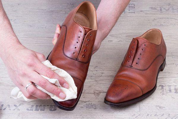 Schuhe mit einem feuchten Tuch abwischen