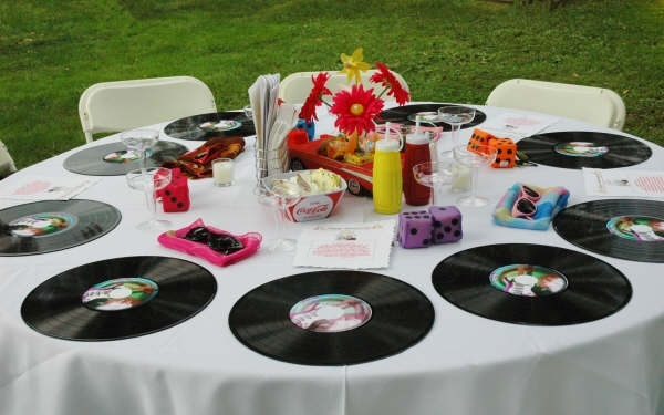 Table arrangement for a 50's themed party.Parties Showers Wedding, 50 S Parties, Birthday Parties, 50S Theme Parties, 50 S Theme, Events Holidays Parties, Socks Hop, Parties Ideas, Themed Parties