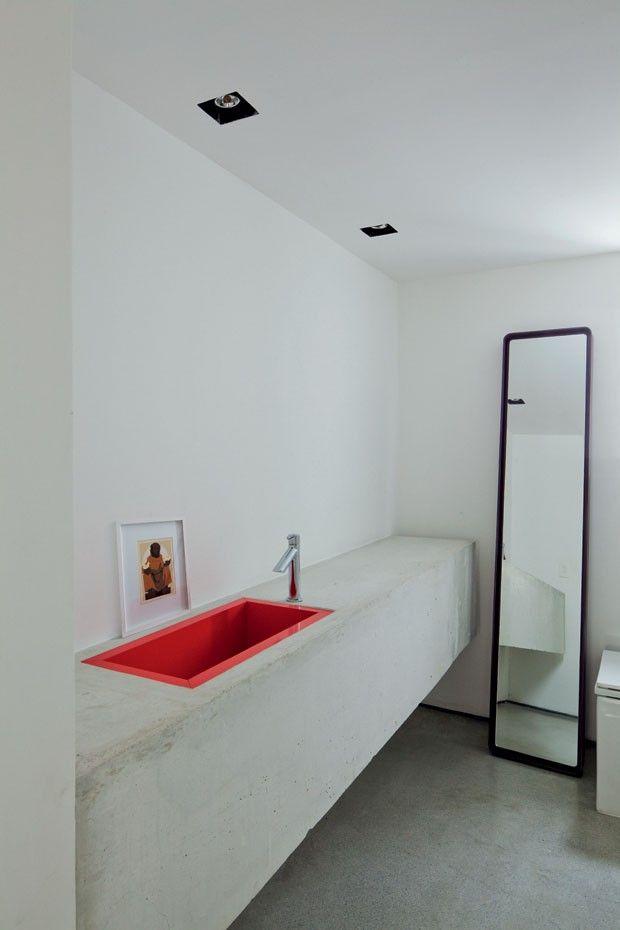 Apartamento em Higienópolis, SP dos arquitetos Flavio Borsato e Tatiana Filgueiras #lavabo #red