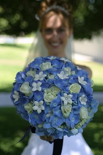 Wow, bijna net zo mooi als mijn trouwboeket! Prachtige combi: blauwe hortensia's en witte rozen...