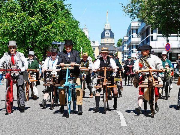 Karlsruhe feiert die Erfindung des Laufrads_Der Vorläufer des Fahrrades, das Laufrad von Karl Drais, feiert in diesem Jahr seinen 200. Geburtstag - und die Heimatstadt des Erfinders richtet ihm ein Fest aus.Das Programm läuft noch bis Sonntag.