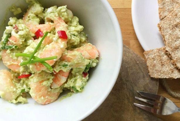 Deze garnalen avocado salade ziet er niet alleen lekker uit, je kunt deze salade ook nog eens op twee manieren eten. Het is heerlijk als salade op een vers broodje of op een toastje voor bij de borrel, maar kan ook prima dienen als basis voor een maaltijdsalade. Voeg wat sla toe, wat komkommer en/of eventueel wat tomaatjes en andere rauwkost. Klinkt goed toch? Geniet ervan.