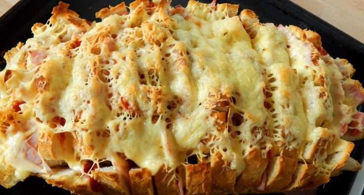 Töltött kenyér recept: Ebben a töltött kenyér receptben a hozzávalók bármi másra lecserélhetők, variálhatók. Az ember azt tesz bele, amit szeretne, ami van otthon. Perc alatt gyors és finom reggeli vagy vacsora tehető az asztalra. Igazából csak arra kell figyelni szerintem, egyrészt amikor bevágjuk, a kenyeret ne vágjuk végig, illetve, hogy ne csak felvágott, szalámi, sajt vagy akár hagyma kerüljön bele, hanem pici vaj darabok is, mert anélkül kissé száraz lesz.