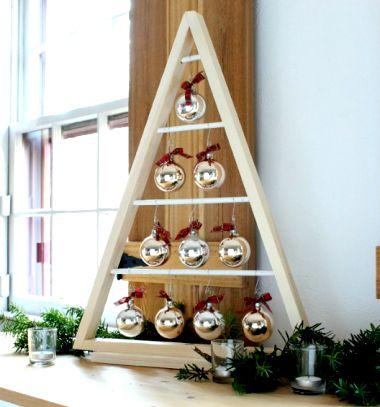 DIY modern triangle wooden Christmas tree with ornaments // Karácsonyfadísz tartó háromszög karácsonyfa fából (tervrajzzal) // Mindy - craft tutorial collection // #wintercrafts #winterdecors #wintercrafttutorials #diy #DIY #wintercraftideas #diywinterdecors