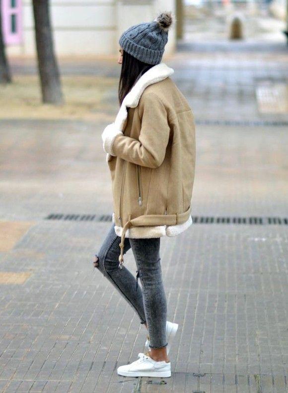 Un look d'hiver décontracté avec l'indémodable veste aviateur à copier : http://www.taaora.fr/blog/post/tenue-hiver-manteau-peau-lainee-beige-camel-jean-skinny-baskets-blanches #outfit #blogueuse #streetstyle