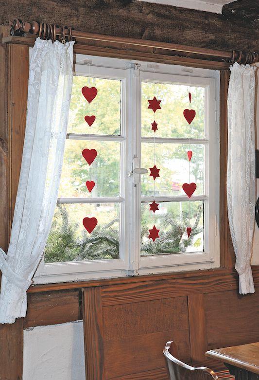 #Cœurs et étoiles de tailles différentes enguirlandent les fenêtres et les #portes et redonnent des couleurs à l'hiver. espritdici.com #feutrine #deco #noel #diy #couleur #laine #feutre #christmas