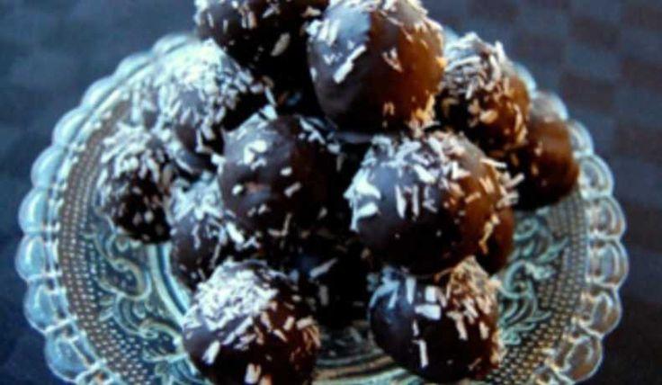 Underbara bountybollar som blir ett lyxigt godis att bjuda eller mumsa på själv.   Receptet kommer från bakasockerfritt.se
