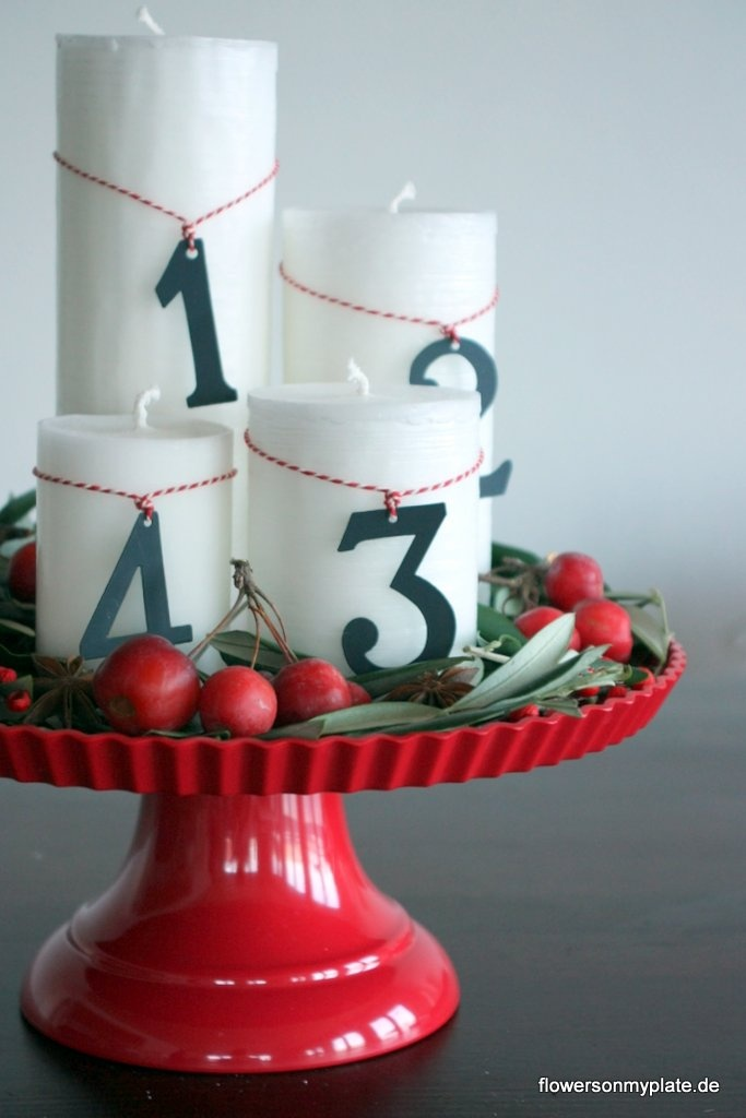Adventskranz ⭐️ Advent-Wreath (4 unterschiedlich hohe Kerzen mit Band umwickeln, Zahl anhängen und auf einer Tortenplatte mit Grün, etc. arrengieren)